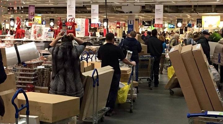 Гигантские очереди в ИКЕА в декабре 2014 года. Тогда россияне по всей стране сметали с полок магазинов электронику и бытовую технику, ожидая взлёта цен из-за резкого падения рубля