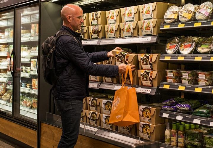 В ассортименте магазина представлены продукты питания, готовая еда, а также товары из сети супермаркетов здорового питания Whole Foods