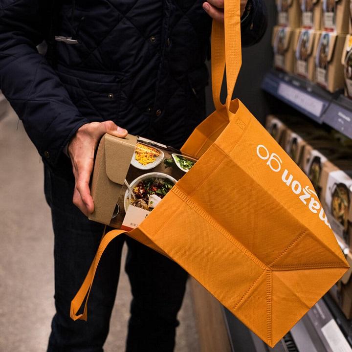 В Amazon Go нет ни корзин, ни тележек - покупки можно складывать в фирменную сумку магазина или собственную сумму/рюкзак/пакет