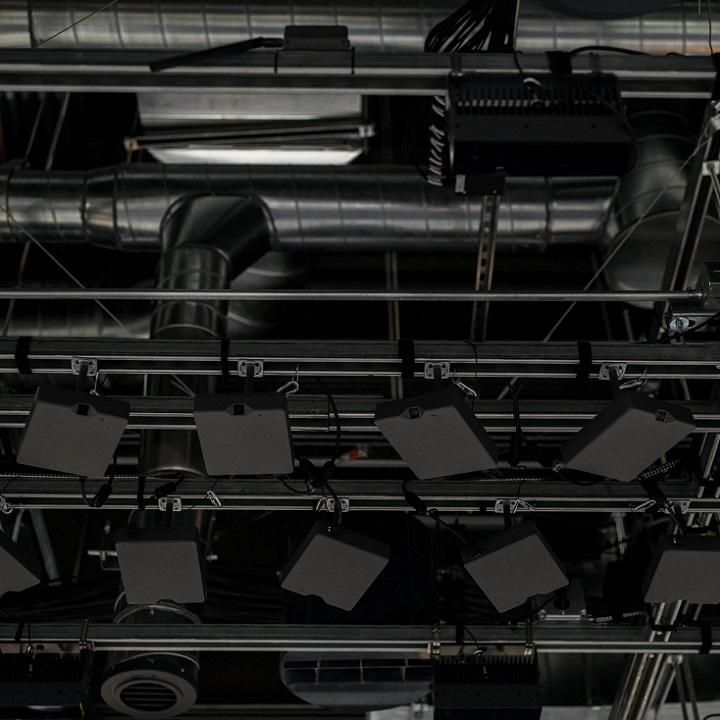 За покупателями следит несколько сотен камер, расставленных по всему магазину