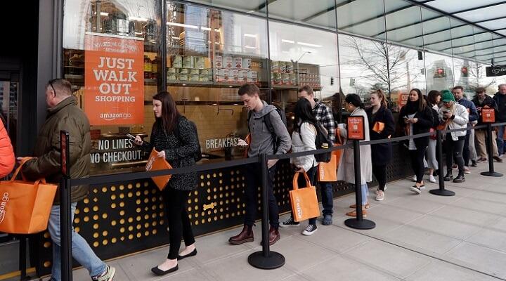 Очередь из покупателей в первый день работы магазина Amazon Go