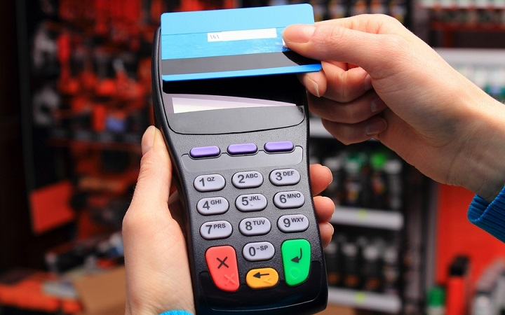 В социальных сетях появились анонимные предложения для работников общепита получать деньги за воровство данных банковских карт посетителей, проводимое при помощи специального устройства