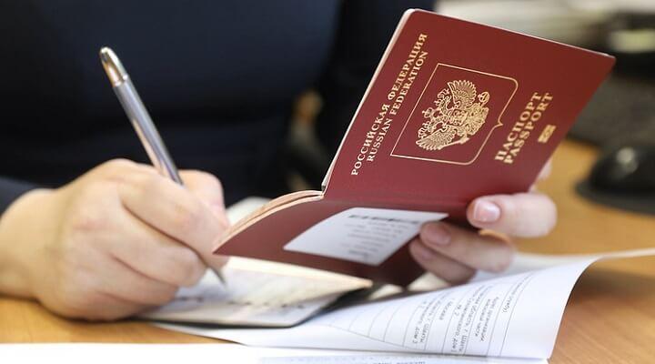 Госпошлина за выдачу водительских прав вырастит с 2,000 до 3,000 рублей, за загранпаспортов - с 3,000 до 5,000 рублей, а за регистрацию транспортных средств - с 800 до 1,500 рублей